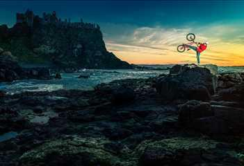Avusturyalı bisikletçi Sedan Grosic. Game of Thrones dizisinin İrlanda setlerinde.