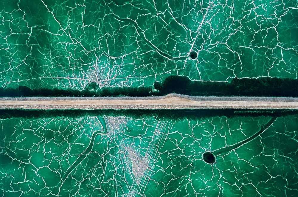 Huelva, Güney İspanya. Oldukça radyoaktif bir madde olan fosfoalçı'nın döküldüğü, terkedilmiş bir gölet üzerinde oluşan dokular.
