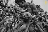 """İnsanlar.Üçüncülük ödülü. Avishek Das, Hindistan. """"Charak Puja"""" festivalinde bir ayin."""