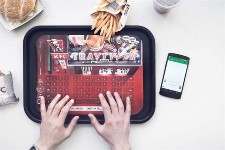 KFC'den yemek yerken mesajlaşmak için ilginç çözüm : Kağıt klavye