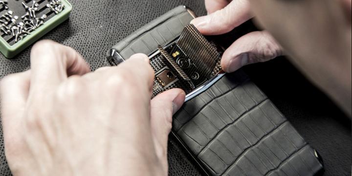 Yeni Vertu Signature Touch kapaklı tasarımı ile dikkat çekiyor