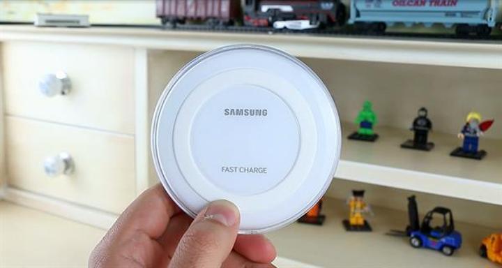Samsung'un kablosuz hızlı şarj istasyonu inceleme videosu