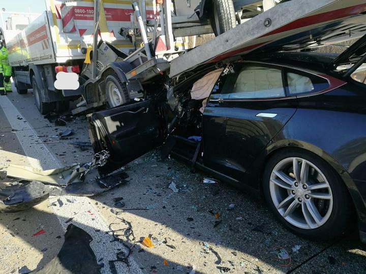 Tesla Model S sürücüsü kamyona çarptı, pert olan araçtan kendi başına çıkmayı başardı
