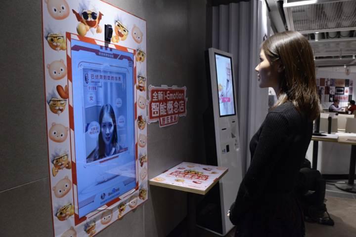 KFC'nin yeni akıllı restoranı yüz ifadesine bakarak sipariş önerecek