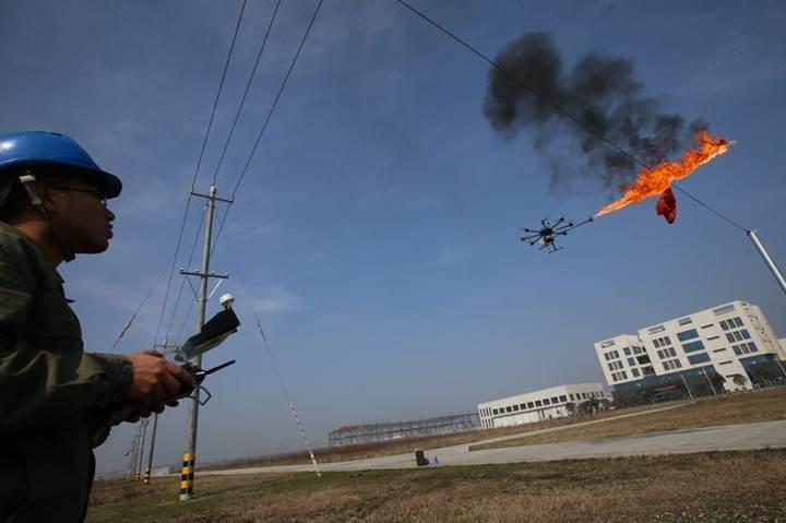 Alev püskürten drone ile elektrik hatlarında temizlik