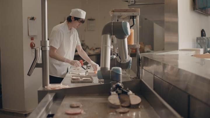 Hamburger ustası robot işbaşı yaptı
