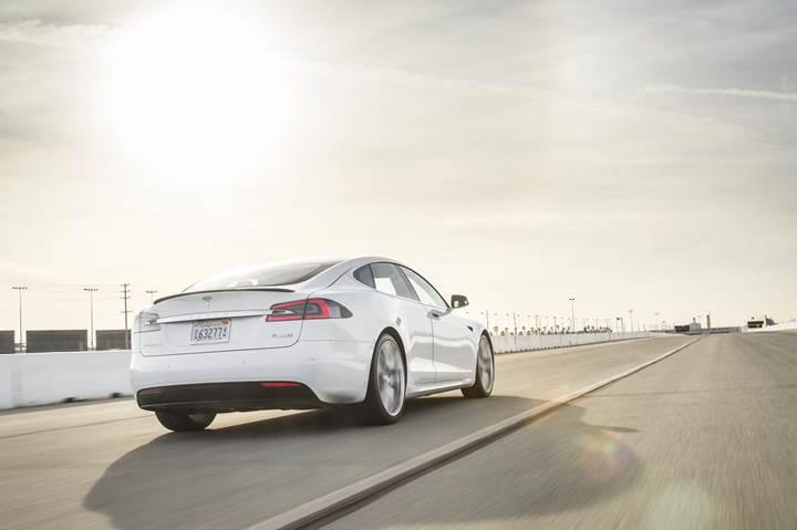 Model S, zincirleme kazadan çevik bir ivmelenme ile kurtuldu