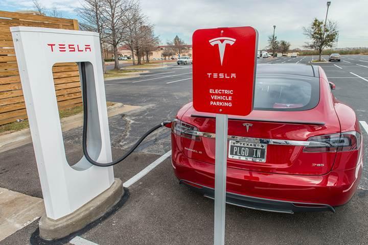 Tesla bütün süperşarj istasyonlarını güneş enerjisiyle besleyecek