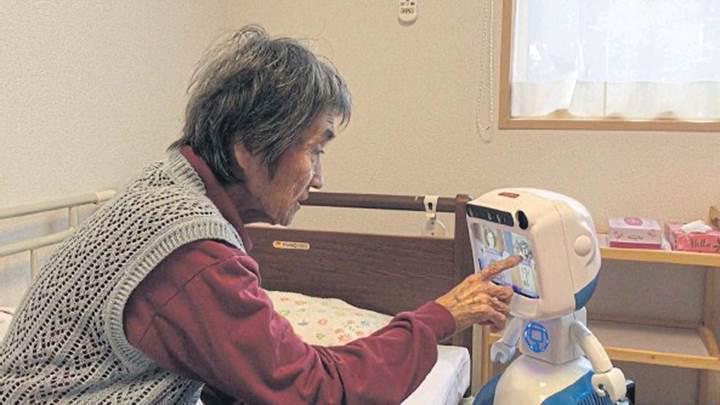 Yaşlı insanlara yardımcı olan robotun seri üretimine başlanıyor