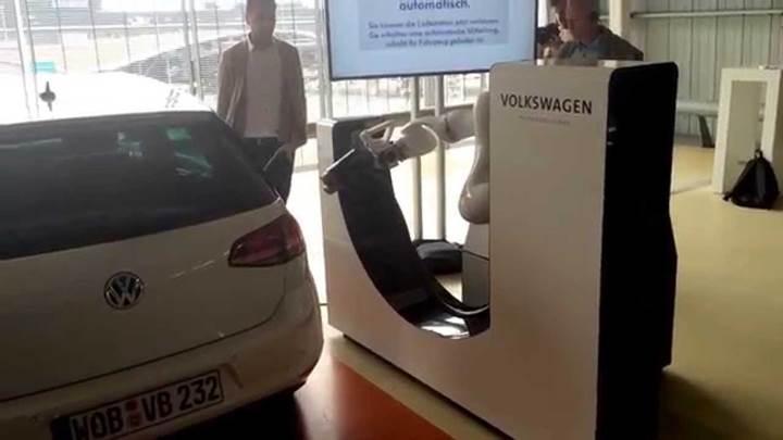Volkswagen elektrikli otomobilleri şarj etmek için robotları kullanacak