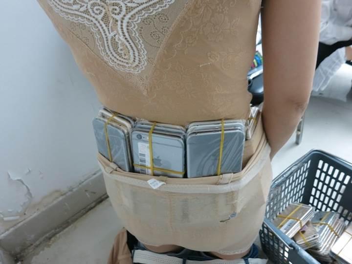 Çinli kadın üzerine sarılı 102 iPhone'la yakalandı