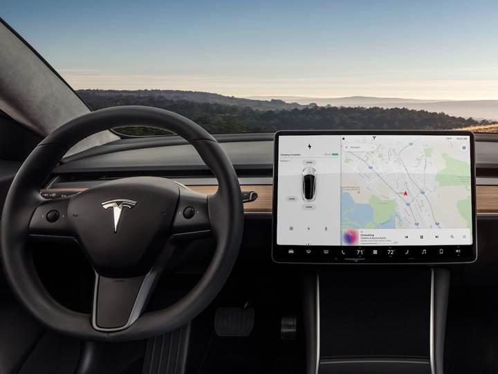 Tesla Model 3 geleneksel arabaların çok dışında bir iç mekana sahip