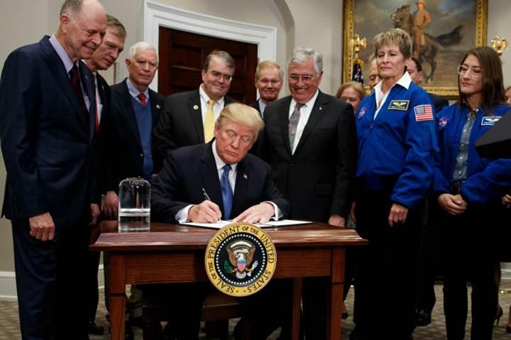 Trump imzaladı: Amerikan astronotlar Ay'a geri dönüyor