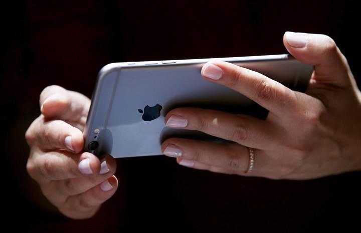 iPhone kullanıcıları eski iPhone modellerini yavaşlatan Apple'a dava açtı