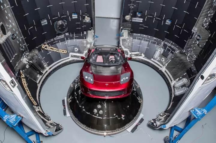 Elon Musk, Mars'a göndereceği arabasının fotoğraflarını paylaştı