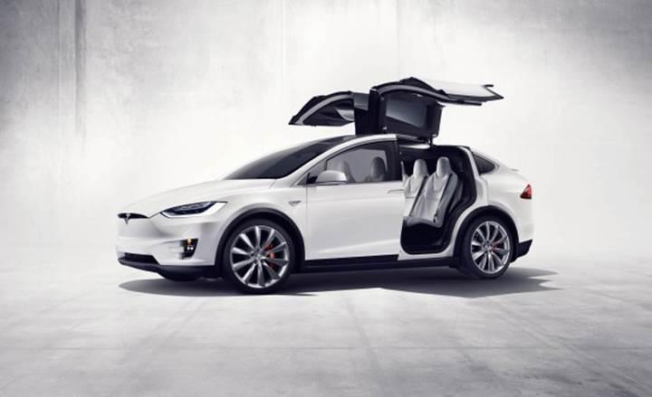 Karlı yolda tır çekmeyi başaran Tesla Model X