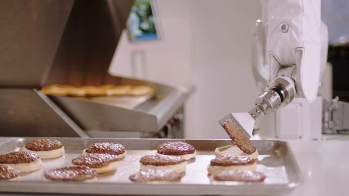 Fast food robotu Flippy köfte pişirmeye başladı