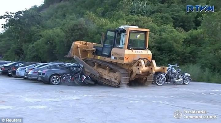 Filipinler Başkanı 6 milyon dolar değerindeki lüks otomobilleri parçalattı