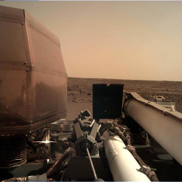 InSight güneş panellerini açtı: İşte Mars'tan gönderdiği fotoğraf