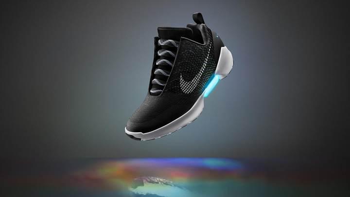 Nike, kendi bağcıklarını bağlayan ayakkabısını daha uygun fiyat ile geri getiriyor