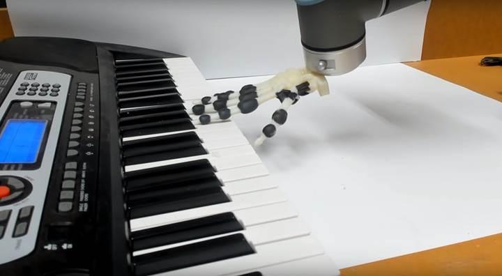 Amatörce piyano çalan robot el