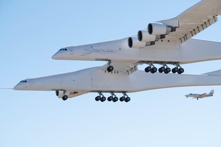 Dünyanın en büyük uçağı 'Stratolaunch' nihayet ilk kez havalandı