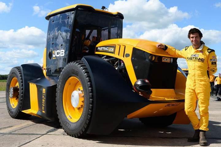 Dünyanın en hızlı traktörü 166 km/s hıza sahip JCB Fastrac oldu