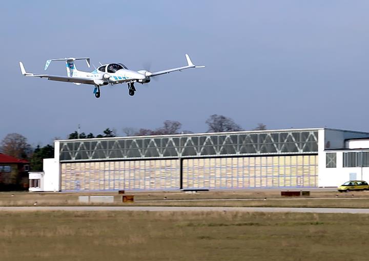 İlk kez bir uçak pilot müdahalesi olmadan kendi başına indi