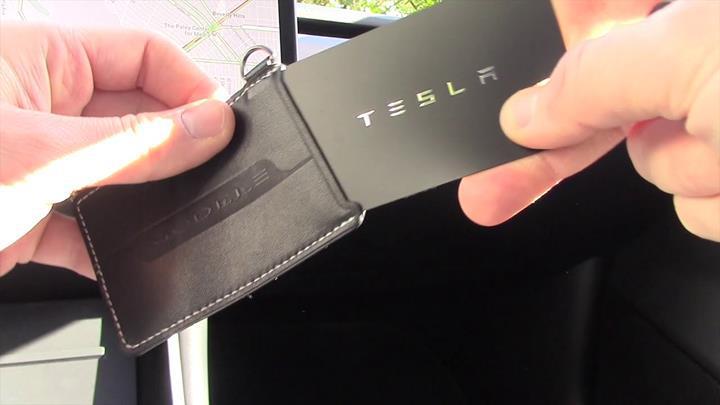 Tesla model 3'ün anahtarı insan koluna nakledildi