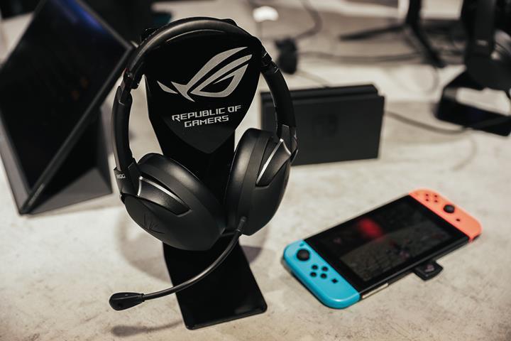Asus ROG Strix Go 2.4 oyuncu kulaklığı Nintendo Switch ile elde taşınabilir modda kullanılabiliyor