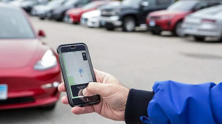 Consumer Reports: Tesla'nın akıllı çağırma özelliği alkollü sürücü gibi hareket ediyor