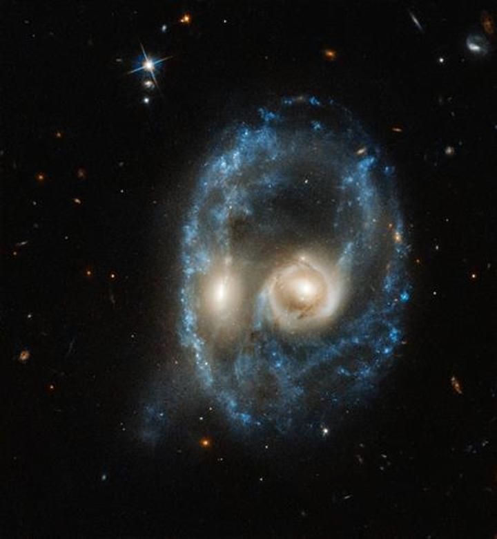 Hubble, 'çarpışma halindeki' iki galaksinin inanılmaz görüntüsünü yayınladı