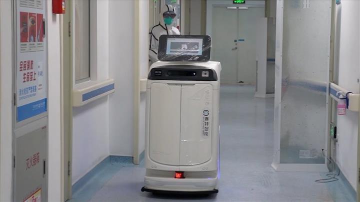 Coronavirüs sebebiyle robot personel kullanımına başlandı